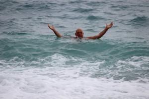 Паоло купается